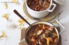 Saftfleisch mit Pilzen, Wein und Kräutern