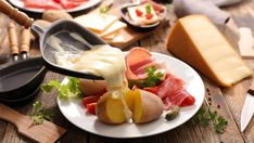 Suisse - Raclette 14 Of The Best Foods From Around The World That Americans Need To Try Low Carb Diets, Food Items List, Food Lists, Leaky Gut, 21 Day Fix, Raclette Cheese, Fondue Raclette, Breakfast, Health