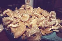 Recette : Oreilles de crisse Canadian Cuisine, Pork Recipes, Side Dishes, Stuffed Mushrooms, Brunch, Food And Drink, Appetizers, Cooking, Breakfast