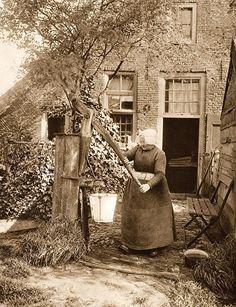 Laren, boerin bij een waterpomp (1923)