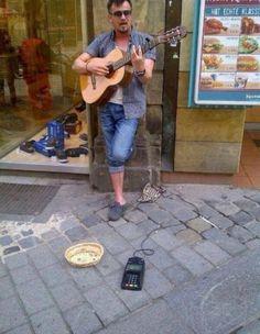 Neue Zahlungsmittel in der Straßenmusik  via @HumorTrain