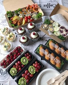 For athletic meet or picnic. This year& vacation lunch is . Japanese Lunch Box, Japanese Food, Bento Recipes, Bento Ideas, Picnic Foods, Bento Box Lunch, Christmas Appetizers, Happy Foods, Keto Meal Plan