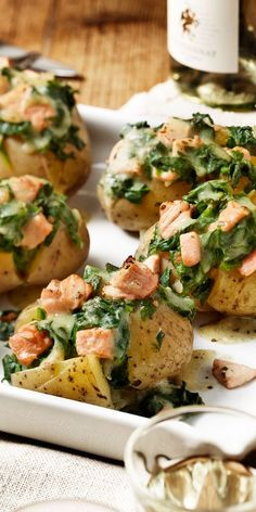 Backkartoffeln mit Lachs-Spinat FüllungThese potatoes filled with salmon and spinach are not only a visual highlight, but also a real highlight. The recipe is perfect for your Easter brunch. You'll be amazed!Baked potatoes with salmon and spinach Shrimp Recipes, Salmon Recipes, Potato Recipes, Fish Recipes, Snacks Recipes, Baking Recipes, Healthy Snacks, Healthy Eating, Healthy Recipes