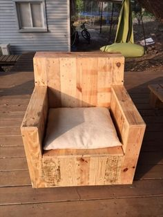 DIY Beefy Pallet Wood Armchair | 101 Pallets