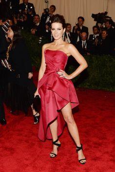 Kate Beckinsale en un vestido strapless y asimétrico rosado, de Alberta Ferretti