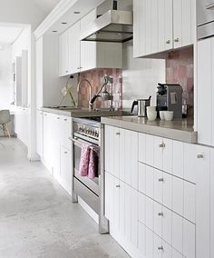 White kitchen with pink tiles Cosy Kitchen, Basic Kitchen, Kitchen Tiles, Kitchen Dining, Kitchen Decor, Kitchen Cabinets, Beach House Kitchens, Home Kitchens, Home Interior