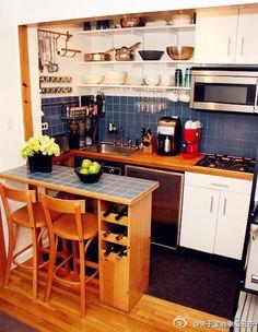 The little kitchen - no lugar do azul, adesivo ou azulejo hidráulico...