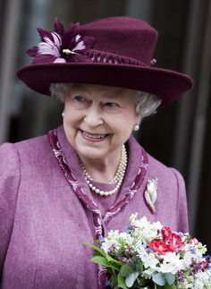 Queen Elizabeth II attends the opening of the new Cancer Centre of The London Clinic on March 2010 in London, England. The Queen and the Duke Of Edinburgh met staff, patients and unveiled a plaque. Princess Margaret, Princess Diana, Windsor, God Save The Queen, Prinz Philip, Die Queen, Queen Hat, English Royal Family, Foto Real