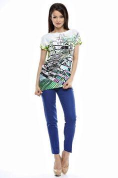 Tinuta bluza imprimata cu terminatie oblica si pantalon conic cu laist.