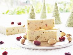 White chocolate Nougat, coconut and pistachios. (in Spanish with translator) Chocolate Blanco, White Chocolate, Dessert Recipes, Desserts, Sweet And Salty, Vanilla Cake, Feta, Catering, Cheesecake
