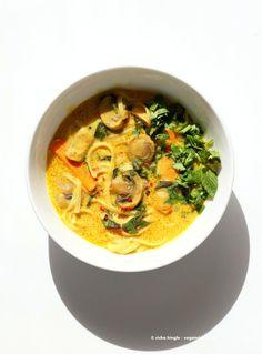 Vegan Laksa - Malaysian Curry Laksa Soup Recipe with homemade Laksa paste. Warming, spicy, flavorful soup for fall & winter. Laksa Paste Recipe, Vegetarian Laksa, Laksa Soup Recipes, Veggie Recipes, Vegetarian Recipes, Malaysian Curry, Curry Laksa, Vegan Soups, Vegan Food