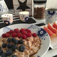 https://www.instagram.com/p/BE0K7olST-J/ Den er lavet således : 75g havregryn - 200g æggehvider - 1 scoop vanilje proteinpulver - lidt kanel - sødemiddel - kardemomme og vand @miss_albers 😘 Det er så lækkert og nemt at lave!