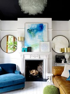 Living room with a black ceiling, fireplace, and white walls Design Living Room, Living Room Paint, Living Room Decor, Living Spaces, Dining Room, Decoration Inspiration, Interior Inspiration, Decor Ideas, Mantel Ideas