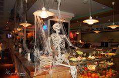 Оформление декор ресторана на хэллуин halloween decor bar скелет путина бар