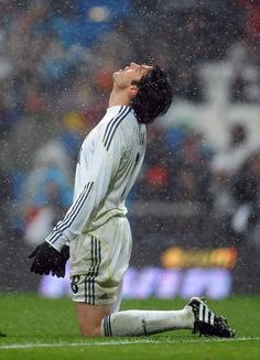 Kaka Photos - Kaka of Real Madrid reacts as he fails to score during the La Liga match between Real Madrid and Mallorca at the Estadio Santiago Bernabeu on January 2010 in Madrid, Spain. Real Madrid won the match - Real Madrid v Mallorca - La Liga World Best Football Player, Real Madrid Football Club, Real Madrid Players, World Football, Football Players, Football Icon, Real Madrid Win, Ronaldo Free Kick, Tattoo
