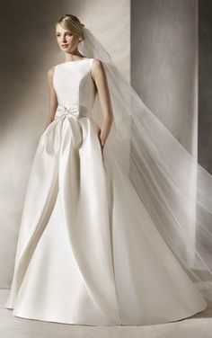 6e3fd38503bc HALAZGO is a spectacular mermaid and princess wedding dress. It is made of  mikado and Chantilly