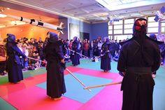 Todos el grupo preparado para la exhibición de kendo.