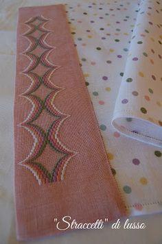 Buongiorno ragazze.... tempo fa avevo acquistato, in occasione di una mostra, un lino a pois a trama regolare con l'intenzione di provarl... Bargello Needlepoint, Handicraft, Decoration, Diy And Crafts, Cross Stitch, Embroidery, Handmade, Cross Stitch Kitchen, Hand Embroidery Stitches