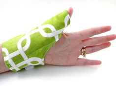 Wrist Thumb Wrap for Aching Thumbs, Microwavable Heating Pad, Hot Cold Pack, Thumb Warmer, heat for carpal tunnel, tendonitis, green