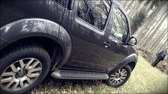 Nissan Pathfinder, photobombed by ...