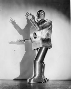 Elektro, the Westinghouse walking/talking/smoking robot exhibited at the New York World's Fair of 1939/1940. Description from pinterest.com. I searched for this on bing.com/images