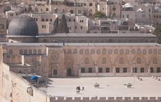 AL-AQSHA mosque (the blue dome) at Darussalam, Ūrsālim-Al-Quds Islamic Architecture, Art And Architecture, Palestine Art, Naher Osten, Amazing Places On Earth, Dome Of The Rock, Mediterranean Architecture, Beautiful Mosques, Les Religions