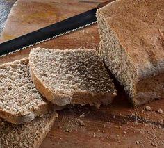 """E para todos que ficaram """"na vontade"""" do pão do sanduíche da última foto, segue a receita pra vcs. E o melhor é que depois de fazer o primeiro pão em casa, vemos que cozinhar não é um bicho de sete cabeças! Se deixe levar por essa experiência...   Ingredientes 4 xícaras de farinha de trigo integral 3 colheres (chá) de fermento biológico seco 2 e 1/2 xícaras de água morna 1 colher (chá) de sal 1/3 xícara de óleo de coco (pode usar outro óleo vegetal ou ghee)  2 xícaras de farinha de trigo…"""