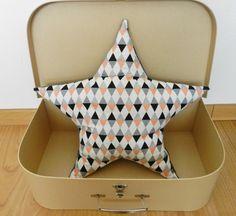 Coussin Moelleux en Minkee grisForme étoile et tissu Comedia glitter argent noir pêche : Textiles et tapis par gaillardises