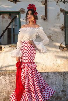 aires de flamenca Abaya Fashion, Boho Fashion, Fashion Looks, Mexico Dress, Red Frock, Flamenco Costume, Bridal Dresses, Flower Girl Dresses, Spanish Dress