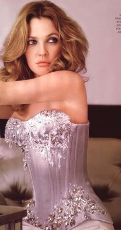 Drew Barrymore Hollywood actress wearing a stunning couture Corset. Beautiful Celebrities, Beautiful Actresses, Beautiful People, Celebrities Fashion, Drew Barrymore, Barrymore Family, Corsets, Divas, Jenifer Aniston