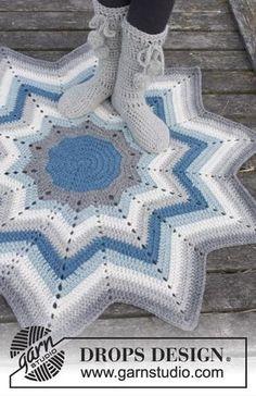 """Pole Star / DROPS - Virkad DROPS matta i """"Eskimo"""" med ränder och sicksacksmönster. Crochet Star Blanket, Star Baby Blanket, Crochet Stars, Crochet Quilt, Crochet Round, Crochet Home, Crochet Baby, Knit Crochet, Zig Zag Crochet Pattern"""