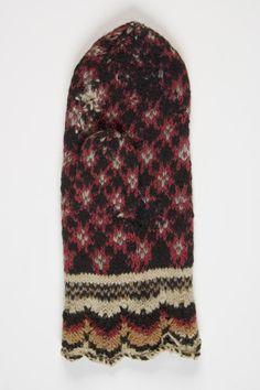 """1924 - 1925  Eesti Puhja. legend Sukad olid sinised harilikud ja valged pidulikkudel juhtumistel, sukad olid külgedelt """"pilutatud"""". Kiriku """"suuad"""" (pastlad) olid mustad, muidu kollased, pargitud ja parkimata nahast."""