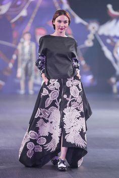 Denny Wirawan – Pasar Malam – The Actual Style Batik Fashion, Ethnic Fashion, Hijab Fashion, Fashion Dresses, Womens Fashion, Fasion, Unique Dresses, Pretty Dresses, Beautiful Dresses