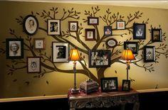 ウォールステッカーの枝に咲いた花や実のように、大切な写真をコーディネート。部屋の壁の色と雰囲気が違和感なく素敵です。