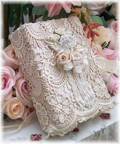Shabby chic wrapping for the very feminine. (* wrap w. thin layer of paper first then wrap over with lace/crochet. Secure positions w.pins then glue well. Tired of flowers, replace w. vintage brooch to pin on gift tag. Vintage Shabby Chic, Shabby Chic Decor, Vintage Lace, Wedding Vintage, Wedding Book, Wedding Card, Vintage Diy, Antique Lace, Trendy Wedding