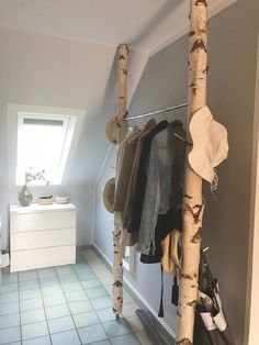Simple but beautiful wardrobe made of white birch trunks from Birkendoc. … - Decor Salon Maison - Hollowen Simple but beautiful wardrobe made of white birch trunks from Birkendoc. Diy Home Decor, Room Decor, Ensuite Bathrooms, Modern Fireplace, Little Houses, New Room, Wardrobe Rack, Armoire, Ladder Decor