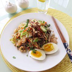 Cold soba noodle in Thai peanut sauce. 오늘 점심으로 먹은 새우를 넣은 타이 피넛소스로 만든 소바 비빔국수입니다. 요리법- 스프링롤 만들때 넣는 야채와 새우 그리고 피넛소스를 넣고요 고추기름과 참기름을 넉넉히넣어 비벼줌