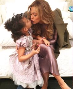 Beyonce and Blue Ivy look adorable in new photo Beyonce E Jay Z, Estilo Beyonce, Beyonce Knowles Carter, Beyonce Style, Beyonce Singer, Beyonce Shoes, Beyonce Coachella, Beyonce Fans, Blue Ivy Carter