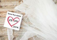 Originele save the date kaart, trouwkaart tule op hout met hart kaartje. Datum zelf invullen. Natuurlijk ook geschikt als trouwkaart  Design: Zus&ik  Te vinden op: www.kaartje2go.nl