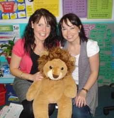 Tips For Team Teaching: Two teachers, two classes in one open primary school classroom Primary School Teacher, School Classroom, Team Teaching, Physical Environment, Classroom Community, Group Work, Small Groups, Classroom Management, Teacher Resources
