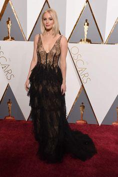 Jennifer Lawrence y su vestido de transparencias y encaje de Dior. Alta Costura en la alfombra roja de los Oscar 2016. #Oscars2016