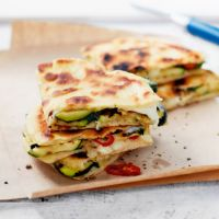 These delicious courgette and mozzarella piadinas are perfect for lounging in the sun in the garden or park this summer. Love Food, A Food, Food And Drink, Quesadillas, Piadina Recipe, Summer Recipes, Great Recipes, Olive Garden Recipes, Vegetarian Recipes
