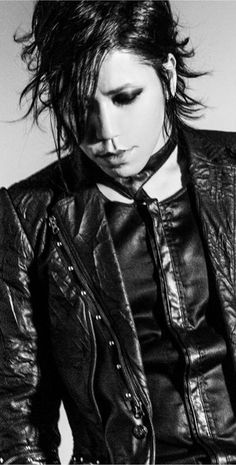 (the GazettE) Ohmigosh! I loveeeee this picture of Aoi! I think he looks soooo gorgeous here! Well, he always is. Aoi The Gazette, Drum Band, Miyavi, Gackt, Visual Kei, Pretty Boys, Rock Bands, Beautiful Men, Beautiful People