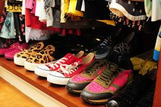 O meu closet na revista Glamour com mala Louis Vuitton vestido Alfreda saia Patricia Viera e poltrona Missoni tênis Valentino sneaker All Star
