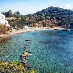 La spiaggia dell'#enfola a #portoferraio nello scatto di @simo.cala_82. Continuate a taggare le vostre foto con #isoladelbaapp il tag delle vostre vacanze all'#isoladelba.