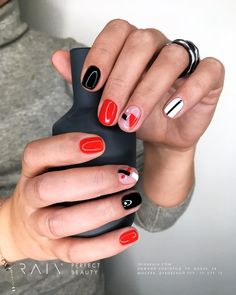 False nails have the advantage of offering a manicure worthy of the most advanced backstage and to hold longer than a simple nail polish. The problem is how to remove them without damaging your nails. Nail Design Stiletto, Nail Design Glitter, Chic Nails, Trendy Nails, Fun Nails, Nail Manicure, Nail Polish, Modern Nails, Nagel Gel