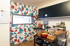 cozinha com armários pintados de tinta lousa