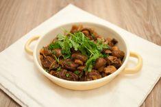 Stoofpot met rundvlees en zuurkool; een winters gerecht met veel smaak. Lekker met gebakken aardappeltjes en een goed glas rode wijn.