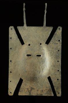 Le masque Toussian est un masque qui régule la vie de la communauté. Il va généralement bénir les céréales destinées à être semées. Si les récoltes s'avèrent bonnes, on va lui sacrifier un poulet blanc. Le Toussian sort aussi lors du décès d'un ancien, pour les circoncisions... Il éloigne le mal, apporte la santé et la formation aux initiés. African Masks, African Art, Body Adornment, Tribal Art, Body Painting, Fursuit, Art Forms, Univers, Anthropology
