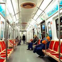 I don't know which is more amusing: the guy in the mask or how the subte is EMPTY